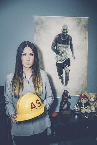MINNE: Bildet av Anders fikk familien ett år etter hans død. Nå henger det på datterens Almas rom. FOTO: RICKARD L ERIKSSON