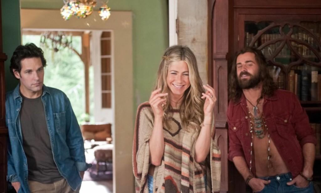FORELSKET SEG PÅ SETTET: I komedien Wanderlust spiller Jennifer Aniston og Paul Rudd (t.v) et ektepar som ender opp i et hippie-kollektiv, og her faller hun for Justin Theroux rollefigur (t.h). Foto: NTB Scanpix