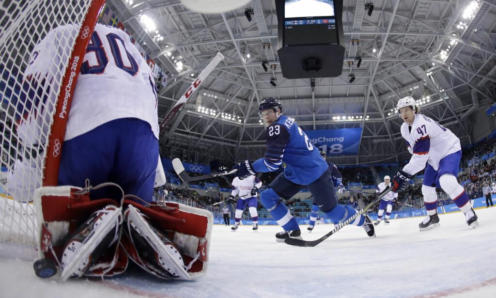 TAR SELVKRITIKK: Alexander Bonsaksen (t.h) ergret seg over måten han ga bort pucken til Finland før 1-3-scoringen. På det tidspunktet var Norge med i kampen, og baklengsmålet gjorde det vanskelig for Norge å komme tilbake. Foto: Julio Cortez / AP / NTB Scanpix