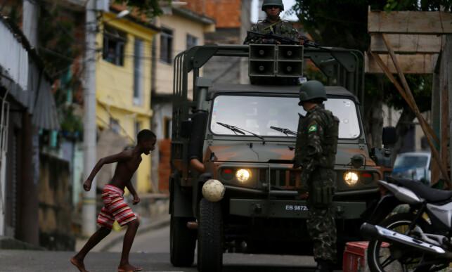 DER BARN LEKER: Militæret er blitt synlig i slumområdene til Rio de Janeiro den siste tida. Foto: Reuters /Scanpix