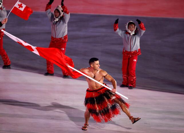 KALDT: Det var kaldt under åpningsseremonien Pyeongchang-OL forrige fredag, men Pita Taufatofua (34) fra Tonga gikk likevel i bar overkropp og bastskjørt. På 15 kilometer langrenn kom han på tredje siste plass av 116 som kom i mål. Foto: Phil Noble / Reuters / NTB Scanpix