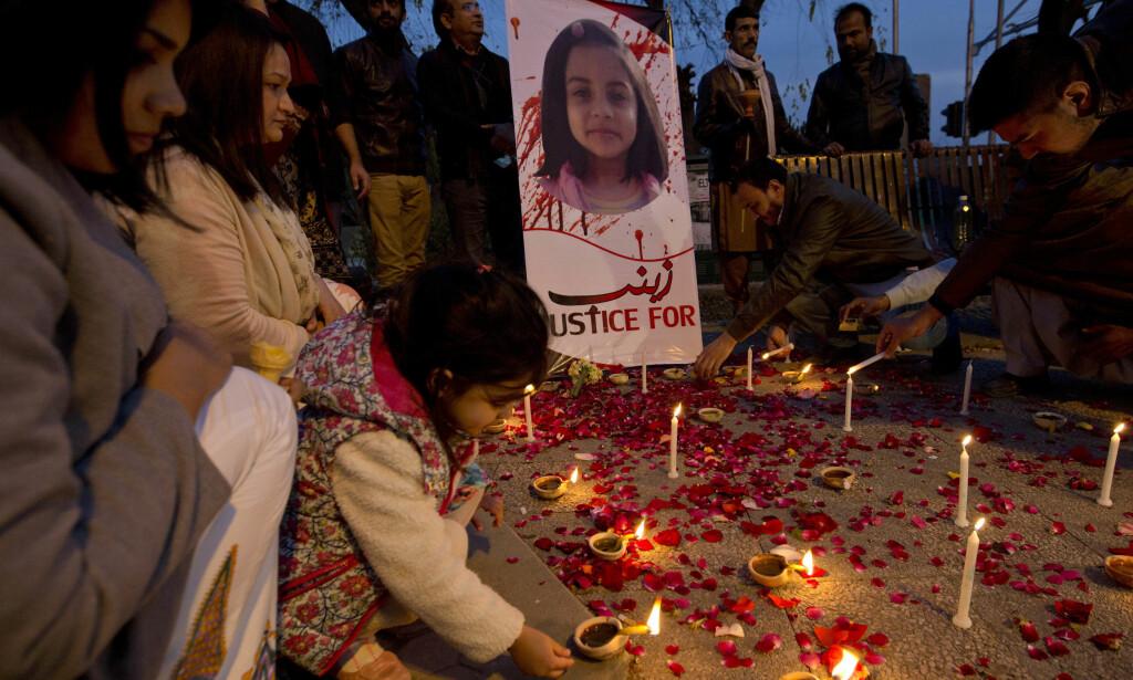 DREPT: 11. januar ble det holdt en minnestund for Zainab Ansari i Islamabad, Pakistan. Foto: AP / NTB Scanpix