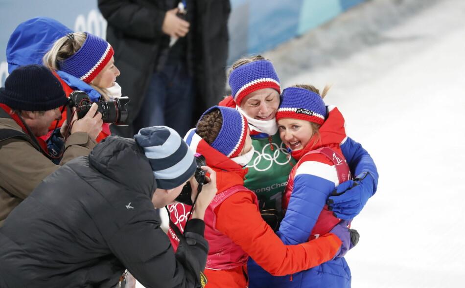 GULLTRØST: Astrid Uhrenholdt jubler for stafettgull sammen med Ingvild Flugstad Østberg etter den dramatiske OL-stafetten.