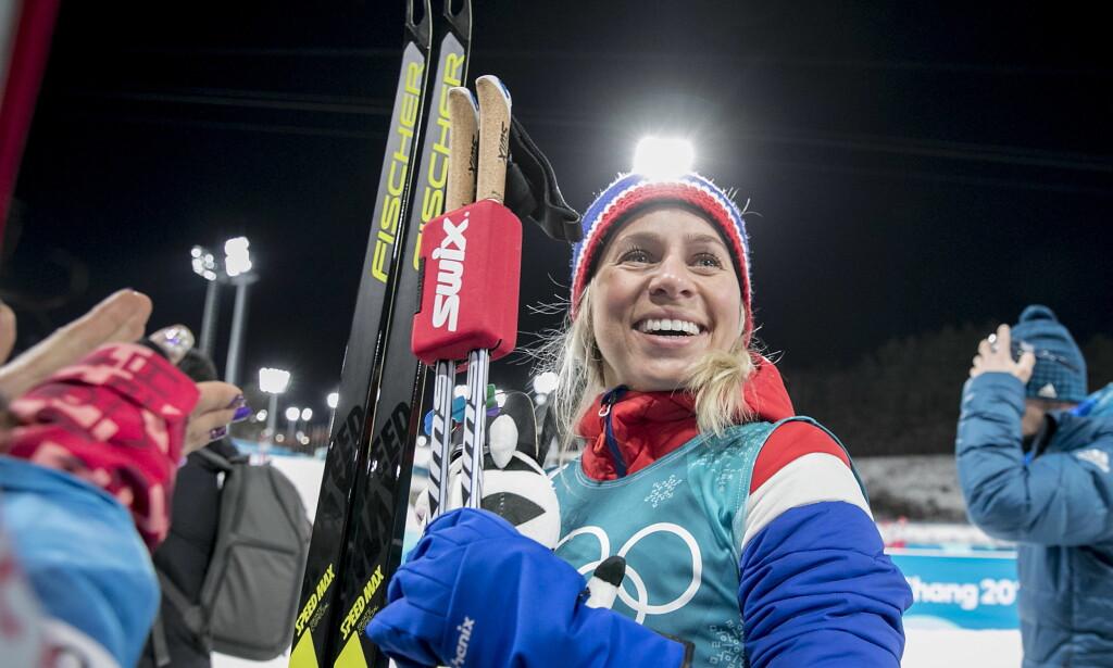 SPØKTE OG LO: Tiril Eckhoff vant bronse på kvinnenes fellesstart 12,5 km - etterpå var hun i strålende humør og spøkte på pressekonferansen. Foto: Bjørn Langsem / Dagbladet