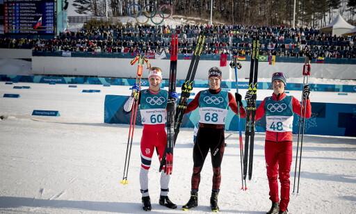 BEST: Ingen gikk de siste kilometerne raskere enn Denis Spitsov (t.v.) på fredagens 15 kilometer. Han går ankeretappen for russerne. Foto: Bjørn Langsem / Dagbladet