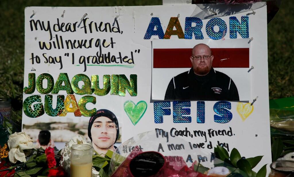 MINNESMARKERING: Aaron Feis mistet livet da han brukte seg selv som skjold, for å blokkere skuddene fra gjerningsmannen. Rhona Wise / AFP / NTB Scanpix