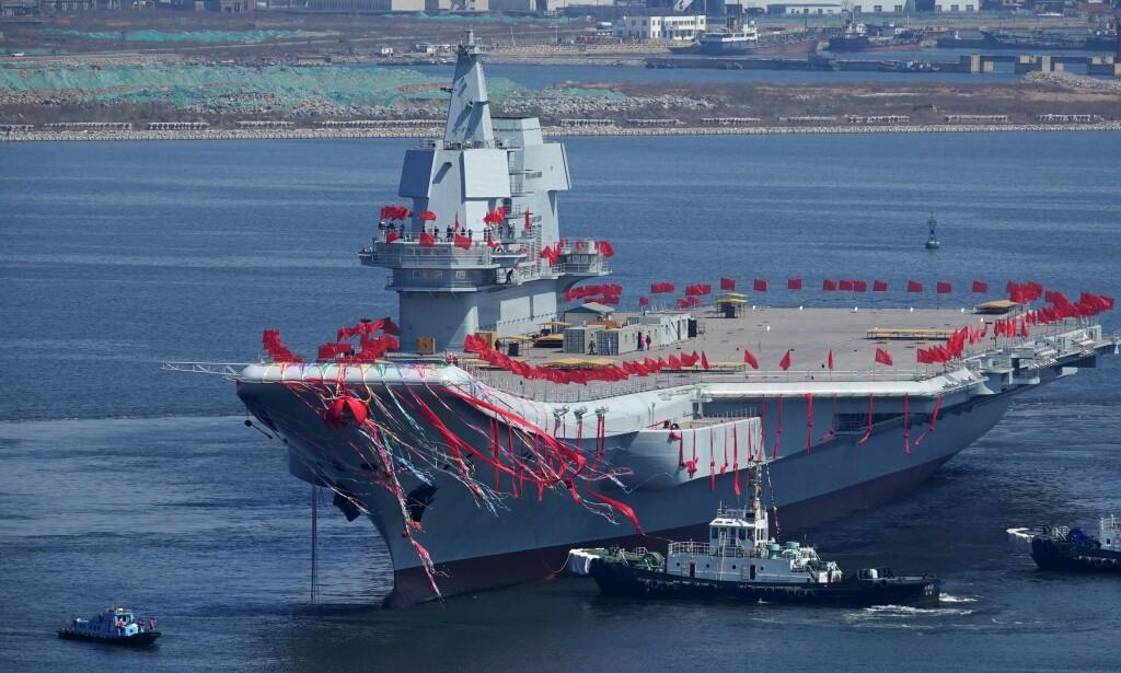 EGENPRODUSERT: Kinas andre egenproduserte hangarskip av typen 001A da det ble sjøsatt i Dalian i april i fjor. Foto: AFP / NTB Scanpix