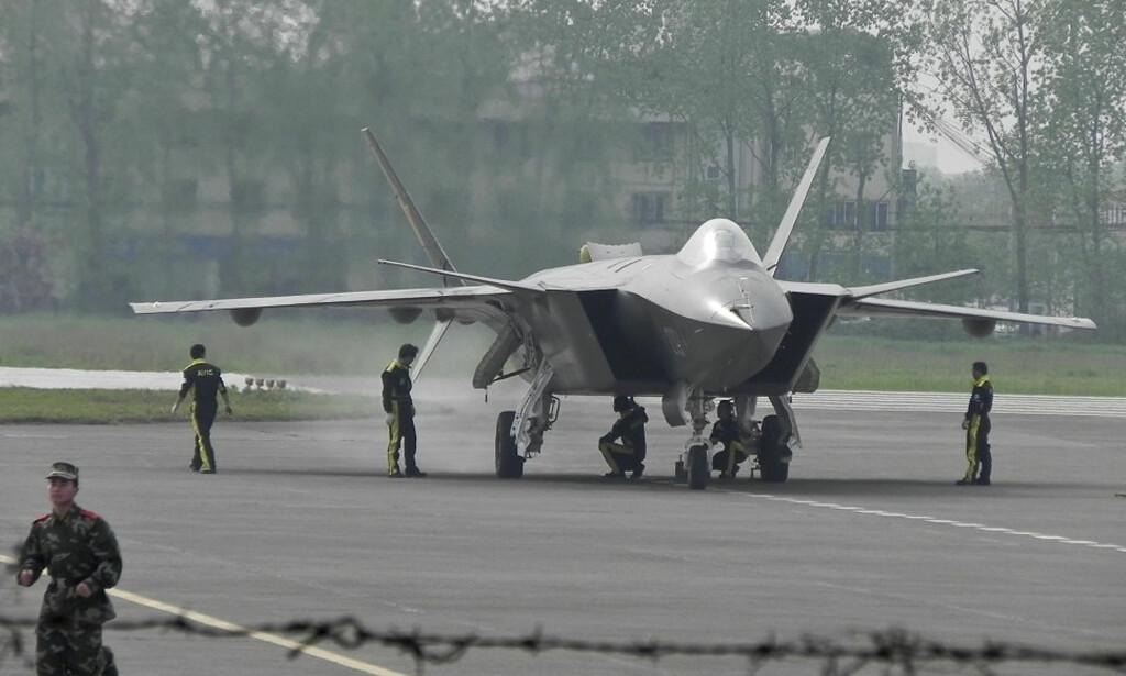 EGENPRODUSERT: Det kinesiske flyvåpenet har tatt i bruk sine egenproduserte jagerfly av typen J-20. Foto: AP / NTB Scanpix