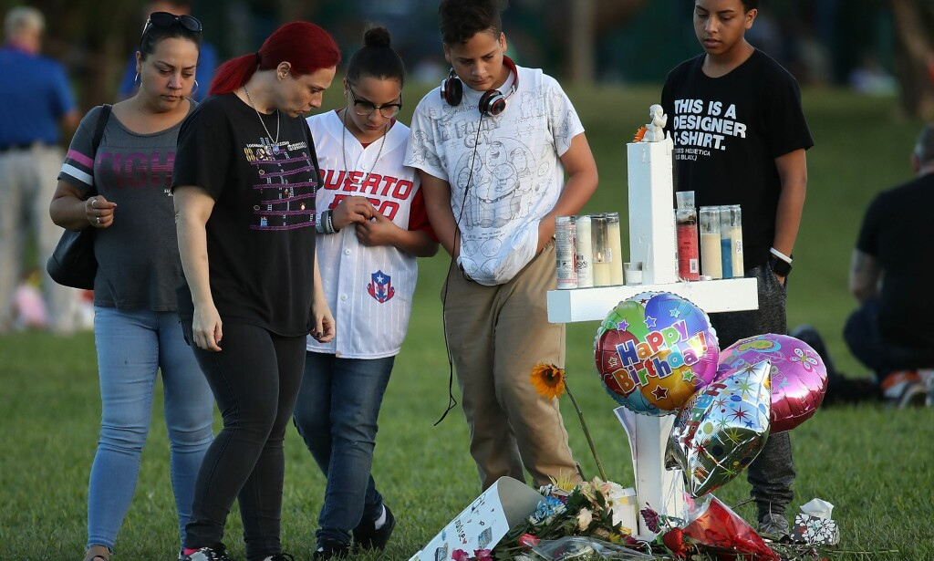 I SORG: Folk i sorg minnes de drepte etter skoleskytingen i Florida. Foto: Mark Wilson/Getty Images/AFP