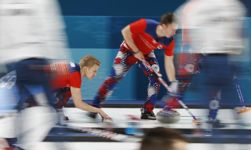 SEIER: Håvard Vad Petersson (t.v.) og Christoffer Svae og resten av det norske curlinglaget slo Danmark. Foto: REUTERS/Cathal McNaughton