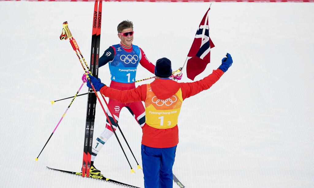 DE FIKSET DET: Simen Hegstad Krüger tar imot Johannes Høsflot Klæbo etter at de to ungguttene sammen snudde stafetten til norsk gull. FOTO:: Bjørn Langsem / Dagbladet
