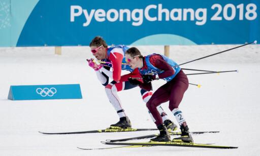 ALT STEMTE: Her glir Johannes Høsflot Klæbo forbi Denis Spitsov. De gode skiene gjorde at ankeretappen ble enklere enn fryktet for debutanten. Foto: Bjørn Langsem / Dagbladet