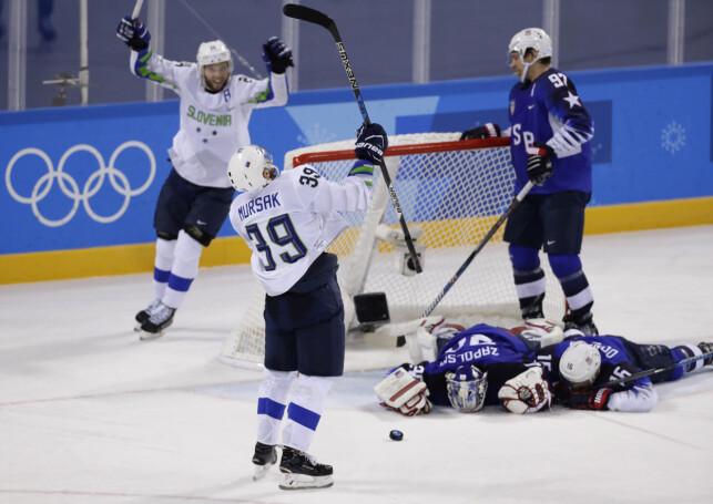 SENKET USA: Jan Mursak jubler etter at de sIo USA 3-2 etter tilleggstid. Sloveneren har vært het så langt i OL, men fem poeng på tre kamper. Han må Norge stoppe på tirsdag. Foto: David W Cerny / Reuters / NTB Scanpix