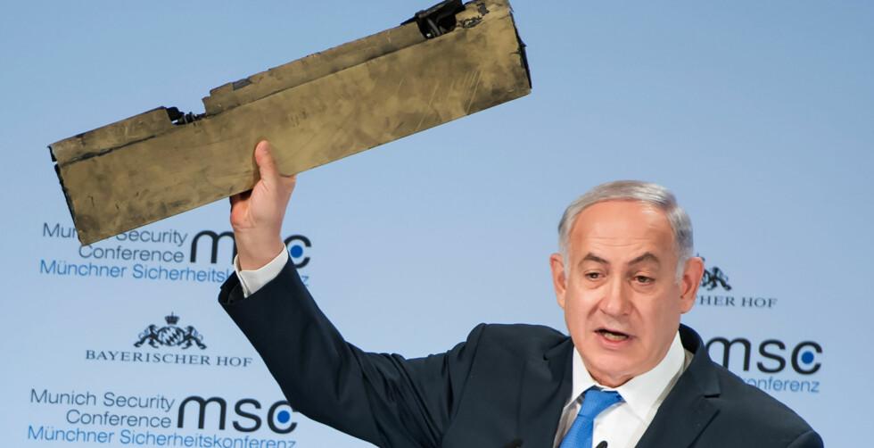 BESKJED TIL TEHERAN-TYRANNENE: Israels statsminister Benjamin Netanyahu er kjent for sine krasse utfall, og i dag er et det han kaller «Teheran-tyrannene», altså Iran-regimet, som blir skjelt ut. Metallbiten i hånda mener Netanyahu kommer fra en iransk drone, noe iranerne benekter. Foto: Lennart Preiss / AFP / NTB Scanpix