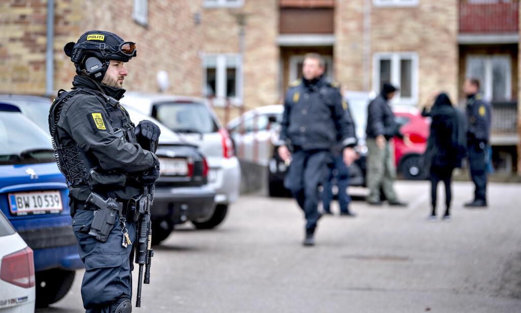 BLE ANGREPET: Politiet på Nordsjælland jakter søndag på gjerningsmannen, etter at et ungt par ble angrepet med øks på en bensinstasjon i Birkerød nord for København. Foto: Bax Lindhardt / Ritzau Scanpix / NTB scanpix