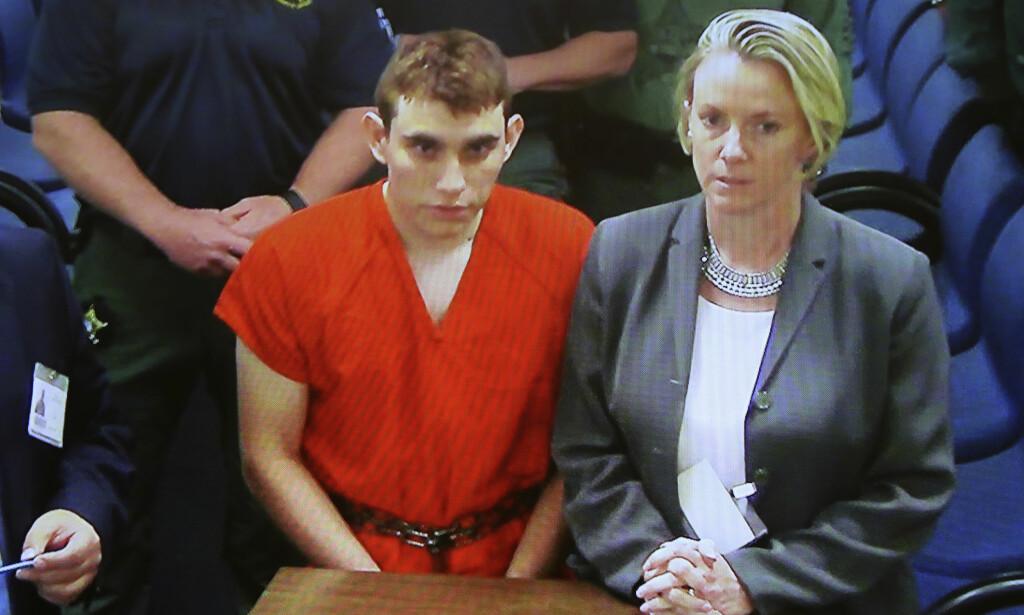 SIKTET: Nicolas Cruz i et rettsmøte dagen etter at han ble siktet for å drepe 17 mennesker på en skole i Florida onsdag. Han var aktiv i en gruppe på Instagram som delte rasistiske meldinger. Her er han sammen med sin forsvarer. Foto. Gerald Herbert/AP/NTB scanpix.