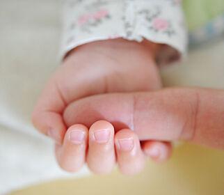 image: Mødre sendes stadig tidligere hjem - frykter økt spedbarnsdødelighet