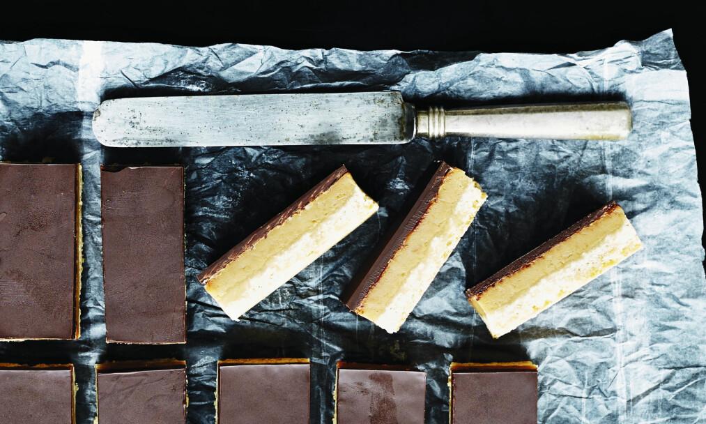 KARAMELLSNITTER MED SJOKOLADE: Porsjonen gir 12 store karamellsnitter, så hvis dere er mange søtmonser, kan du skjære dem i mindre stykker. FOTO: Betina Hastoft