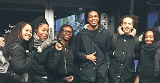 PÅ PREMIEREN: Flere av dem jeg så filmen med valgte å gå i svart eller med noe Afrika-inspirert, sier Camille Oneida Charles (andre fra venstre). Foto: privat