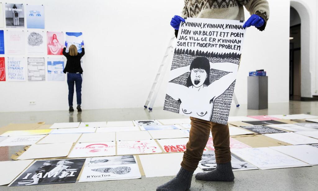 MOT TRAKASSERING: Kunstnere markerte støtte til #metoo-kampanjen med utstillingen «Between the lines», som ble vist på Kunsthøgskolen i Oslo forrige uke. Samtidig pågikk granskningen av varsler mot to ansatte ved skolen. Bildet «Kvinnan kvinnan» er laget av Sara Rönnbäck. Foto: Henning Lillegård / Dagbladet