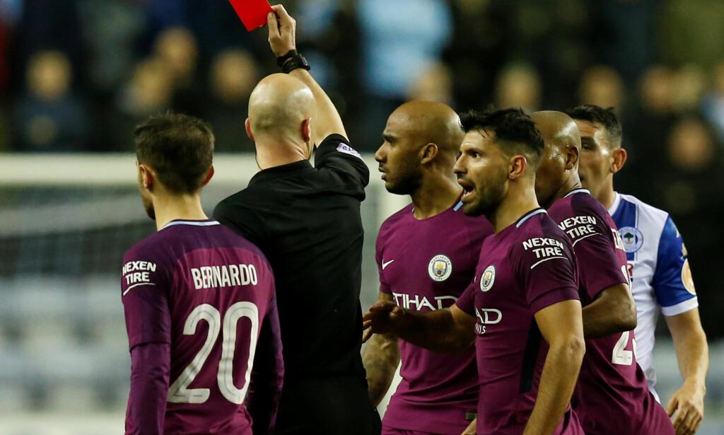 UENIGE: Manchester City-gutta var mildt sagt misfornøyde da Anthony Taylor viste det røde kortet til Fabian Delph rett før pause. Foto: REUTERS