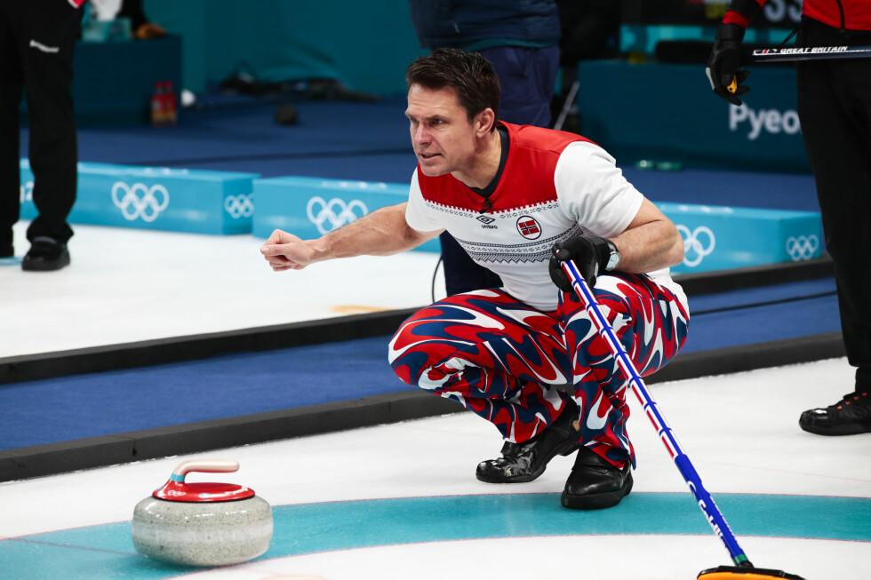 TAP: Thomas Ulsrud under OL-kampen i curling mot Storbritannia tirsdag. Foto: Lise Åserud / NTB scanpix