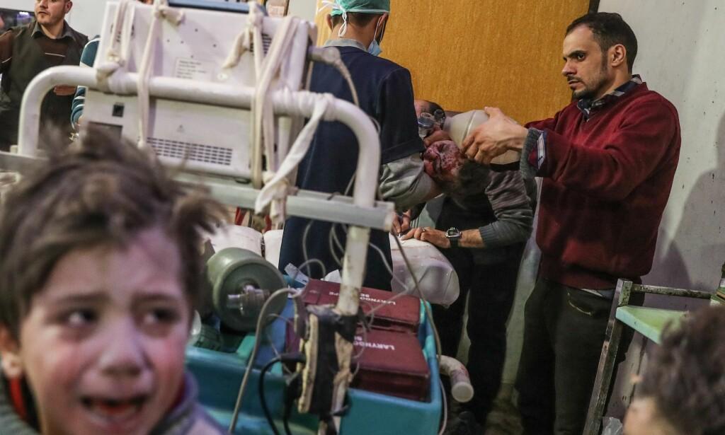 ENDA MER LIDELSE: Innbyggerne i Øst-Ghouta har opplevd krig, sult, død og å være omringet av Assad-regimet i mange år. Minst 77 mennesker fryktes drept og flere hundre skadd. FN kaller bombingen meningsløs. Foto: Mohammed Badra / Epa / Scanpix