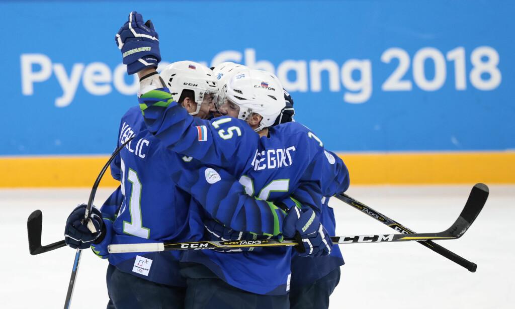 SLOVENSK LEDELSE: De slovenske spillerne jubler for 1-0 scoringen i første periode i ishockeykampen mellom Norge og Slovenia, men Norge kom tilbake og dro i land en 2-1-seier. Foto: Lise Åserud / NTB Scanpix