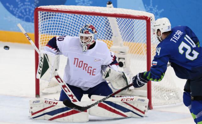 MYE Å GJØRE: Lars Haugen måtte ofte i aksjon mot Slovenia og Rok Ticar under ishockeykampen mellom Norge og Slovenia. Foto: Lise Åserud / NTB Scanpix