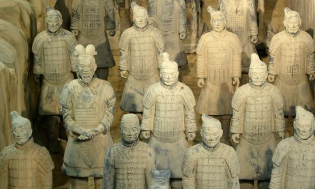 GRAVHÆR: Flere tusen terrakottakrigerne utgjør mausoleumet til keiser Qin, og befinner seg i nærheten av byen Xi'an sør i provinsen Shaanxi i det sentrale Kina. Foto: Roberto Pfeil / AP / NTB Scanpix