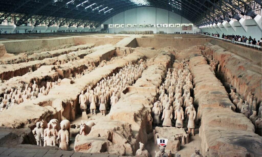 GRAVHÆR: Flere tusen terrakottakrigerne utgjør mausoleumet til keiser Qin, og befinner seg i nærheten av byen Xi'an, sør i provinsen Shaanxi i det sentrale Kina. Foto: Wikimedia commons