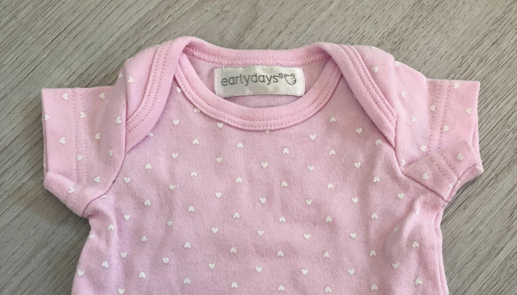 BABYKLÆR: Ikke alle har reflektert over hva hensikten med «klaffene» øverst på babybodyen egentlig er. FOTO: Privat