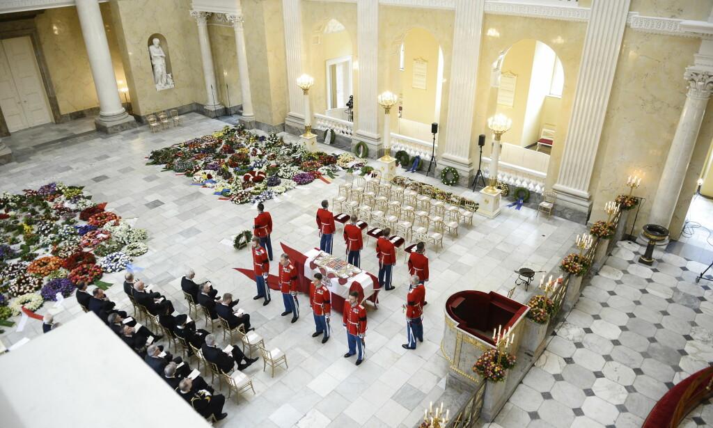 INTIM BISETTELSE: Kun nærmeste familie og noen utvalgte representanter for det offisielle Danmark er til stede i kirken. Foto: NTB scanpix