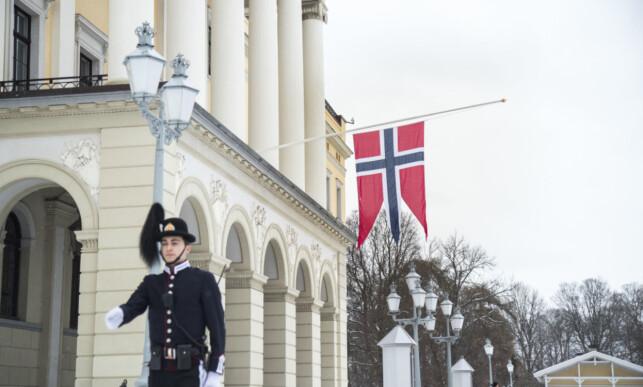 PÅ HALV STANG: Ingen representanter fra den norske kongefamilien er til stede i bisettelsen, men Slottet har heist statsflagget ned til halv stang i anledning bisettelsen tirsdag. Foto: Heiko Junge / NTB scanpix