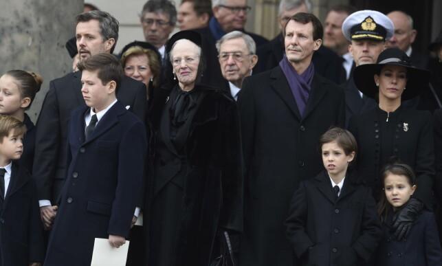 PREGET: Dronning Margrethe prøvde sitt beste for å smile til folket da hun og familien sto på kirketrappa etter bisettelsen. Foto: NTB scanpix