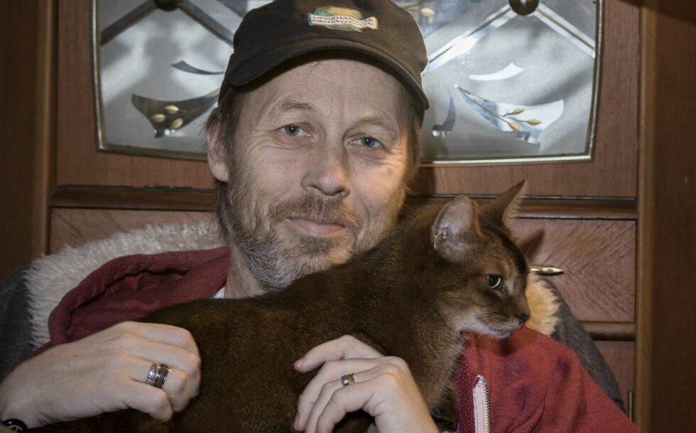 HYPOKONDER: Svein Inge Olsen har vært hypokonder hele sitt voksne liv. Han føler seg bedre når han trener, koser med katten eller er sammen med barna. Foto: Tomm W. Christiansen
