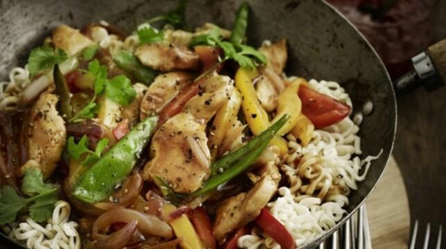 KYLLINGWOOK MED NUDLER: Kjapp og smaksrik kyllingwok som garantert blir en hit rundt middagsbordet! Foto: MAGGI