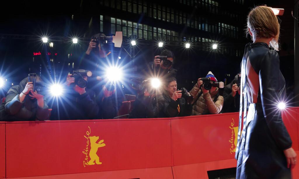 HVA SLAGS KJOLE: Et feministisk opprop sier kvinner bør komme uten høye hæler og dype utringninger på den røde løperen under Filmfestivalen i Berlin. Foto: AP / Scanpix / Markus Schreiber.