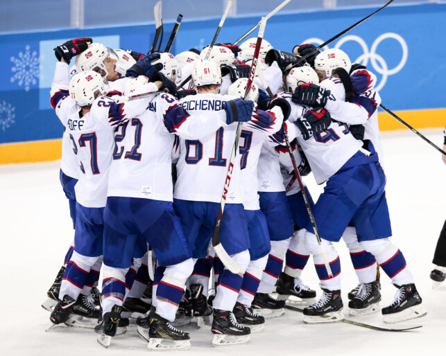 GRUPPEKLEM: De norske hockeygutta kaster seg rundt hverandre etter at Slovenia er beseiret i kampen om en kvartfinalepass i OL. I morgen venter storfavoritten OAR (Russland) i den kampen. Foto: Lise Åserud / NTB Sbcanpix