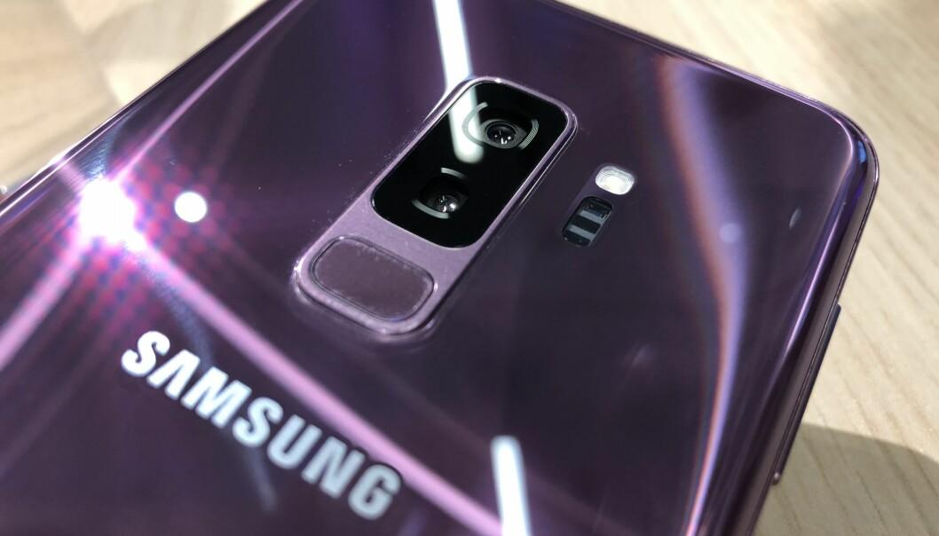 <strong>HER ER DEN:</strong> Samsung Galaxy S9+ har to kameraer på baksiden og kommer i årets farge fra Pantone; lilla. Foto: Pål Joakim Pollen