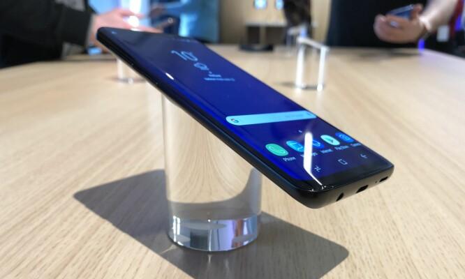<strong>ENDA SMALERE KANTER:</strong> Samsung har skrelt vekk en drøy millimeter i høyden på S9 og S9+, slik at skjermkantene nå er enda litt mindre enn på S8-modellene. Foto: Pål Joakim Pollen