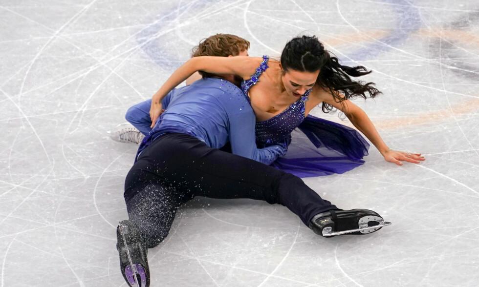 SJOKK: Madison Chock og Evan Bates sier at det som skjedde var en katastrofe. Her kaver de på isen etter fallet. Foto: NTB Scanpix