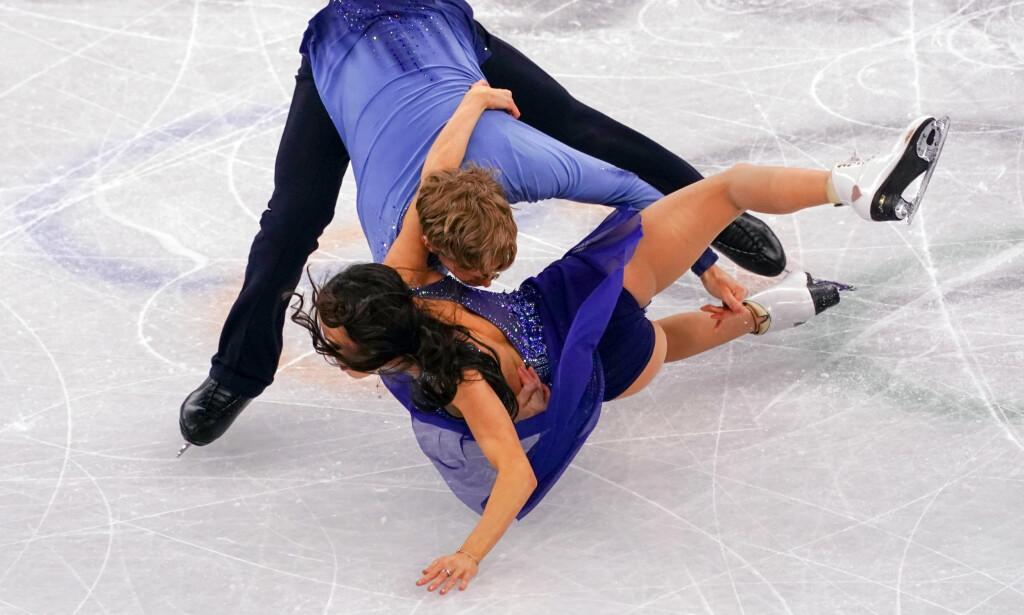 PÅ VEI MOT ISEN: Madison Chock treffer isen med hånda først. Foto: NTB Scanpix