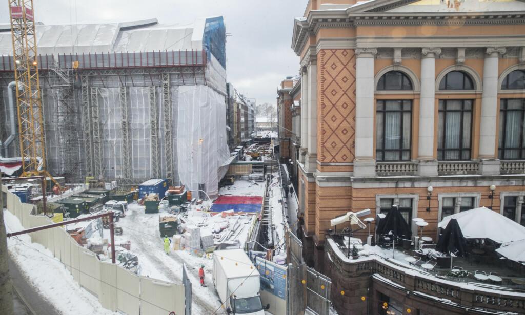 SVINDYRT: Byggeprosjektet utenfor Stortinget koster skjorta: Prislappen er nå 2,3 milliarder kroner, opp med 500 millioner siden 21. desember i fjor. Foto: Vidar Ruud / NTB scanpix