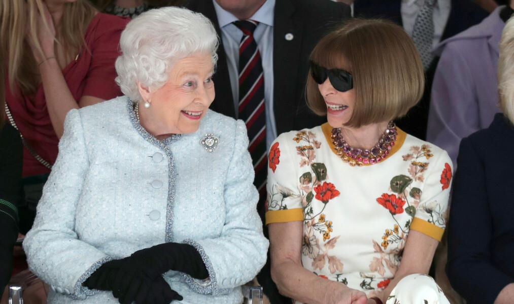 <strong>PÅ FØRSTE RAD:</strong> Dronning Elizabeth av Storbritannia satt ved siden av sjefredaktøren for Vogue, Anna Wintour, på sin aller første motevisning under London Fashion Week. Foto: NTB Scanpix
