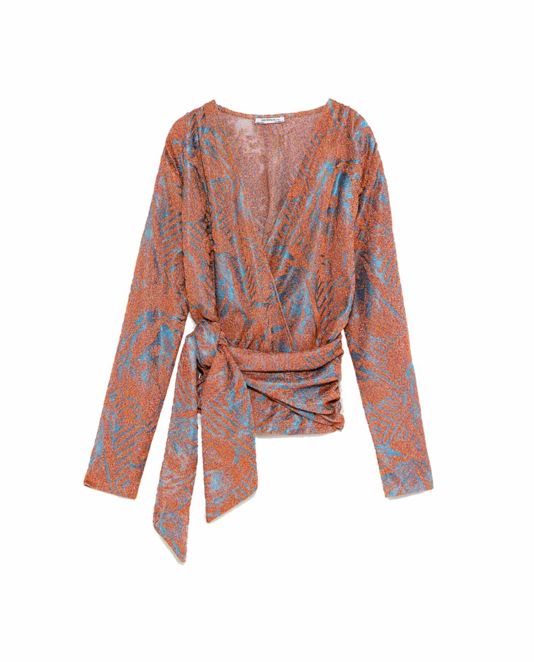<strong>Topp fra Zara |299,-| https:</strong>//www.zara.com/no/no/topp-med-glans-og-belte-p08675073.html?v1=5861512&v2=805004