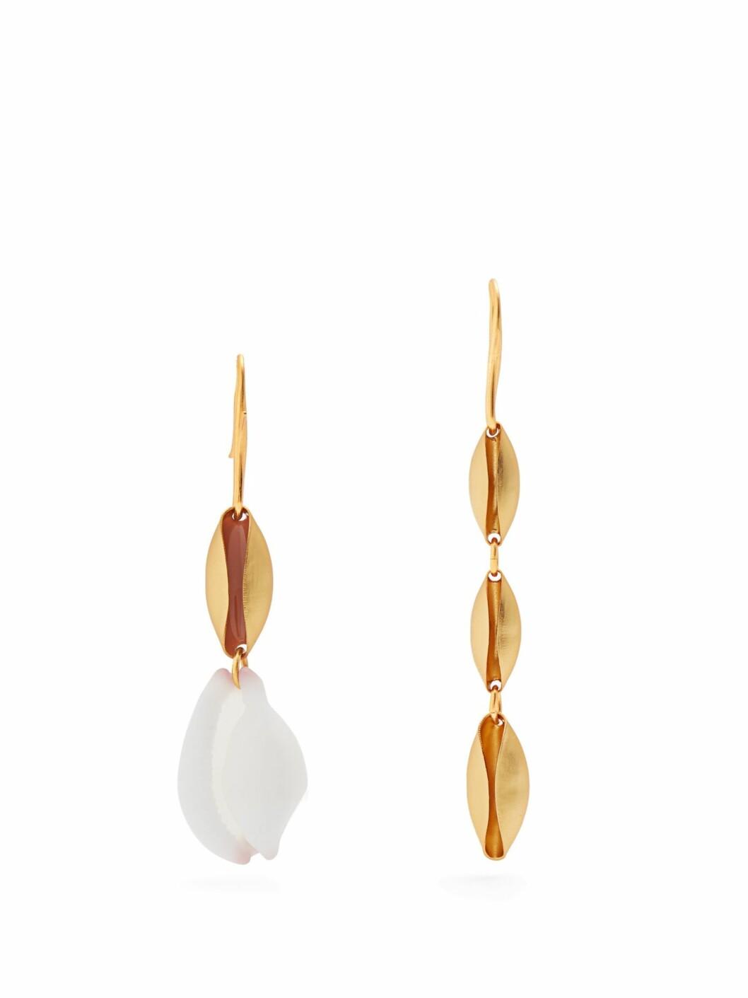<strong>Øredobber fra Albus Lumen |1250,-| https:</strong>//www.matchesfashion.com/intl/products/Albus-Lumen-X-Ryan-Storer%09shell-embellished-earrings-1193428