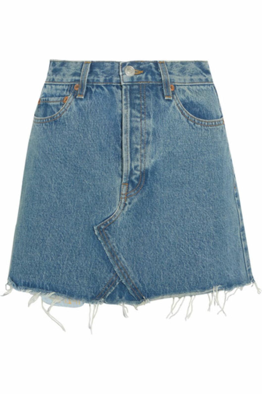 <strong>Skjørt fra Re/Done |2600,-| https:</strong>//www.net-a-porter.com/no/en/product/896805/re_done/originals-distressed-denim-mini-skirt