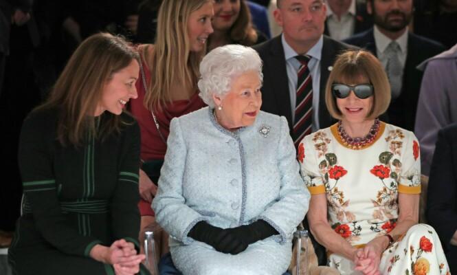 <strong>FULGTE SPENT MED:</strong> f.v. konsernsjef for det British Fashion Council, dronning Elizabeth og sjefredaktør for Vogue, Anna Wintour. Foto: NTB Scanpix