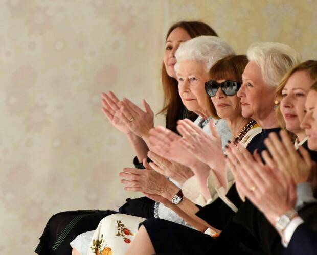 <strong>KLAPPET MED:</strong> Dronning Elizabeth så ut til å kose seg under motevisningen til Richard Quinn under tirsdagens London Fashion Week. Foto: NTB Scanpix